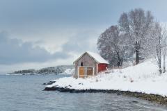 Naust i vinterlandskap - Tangen