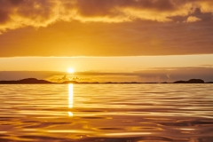 Gullkantet solnedgang i Juvika